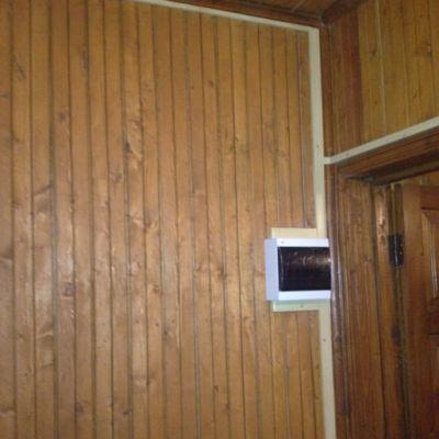 Смонтированный электрощиток в деревянном доме